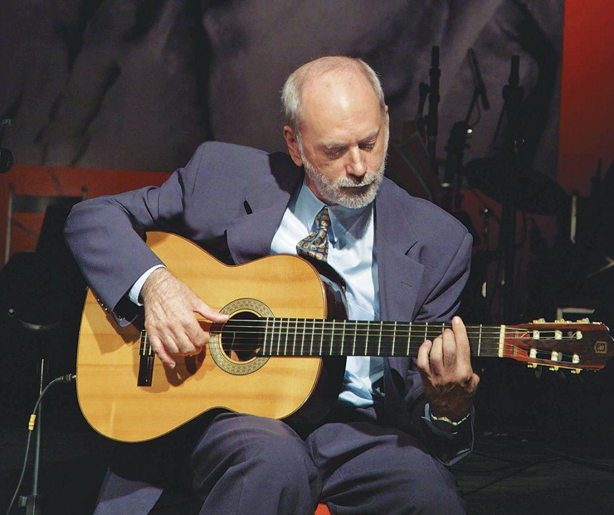 O músico pernambucano Cláudio Almeida e seu violão