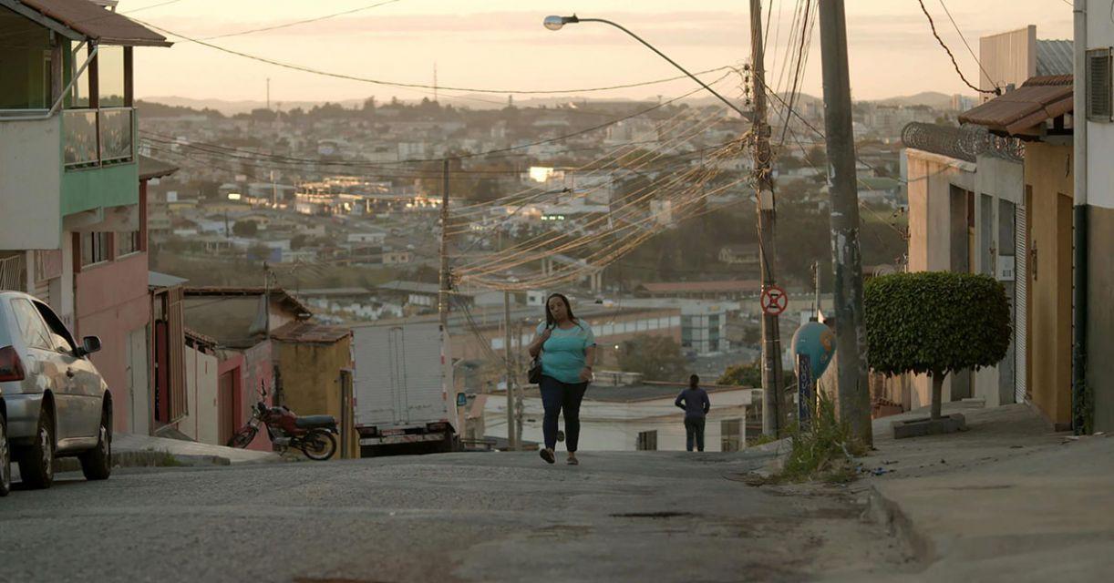 Juliana (Grace Passô) se muda para a periferia de Contagem, região metropolitana de Belo Horizonte