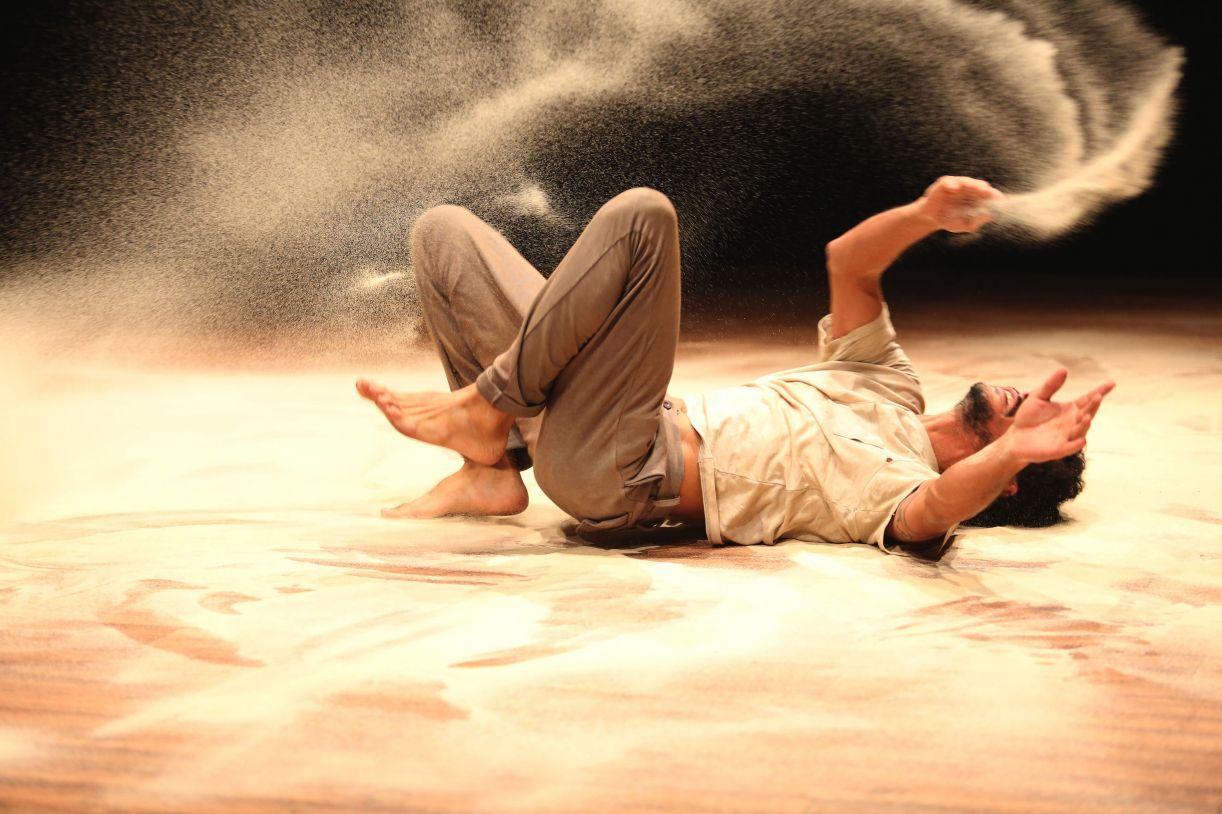 O trabalho circense incorpora a areia como elemento da narrativa