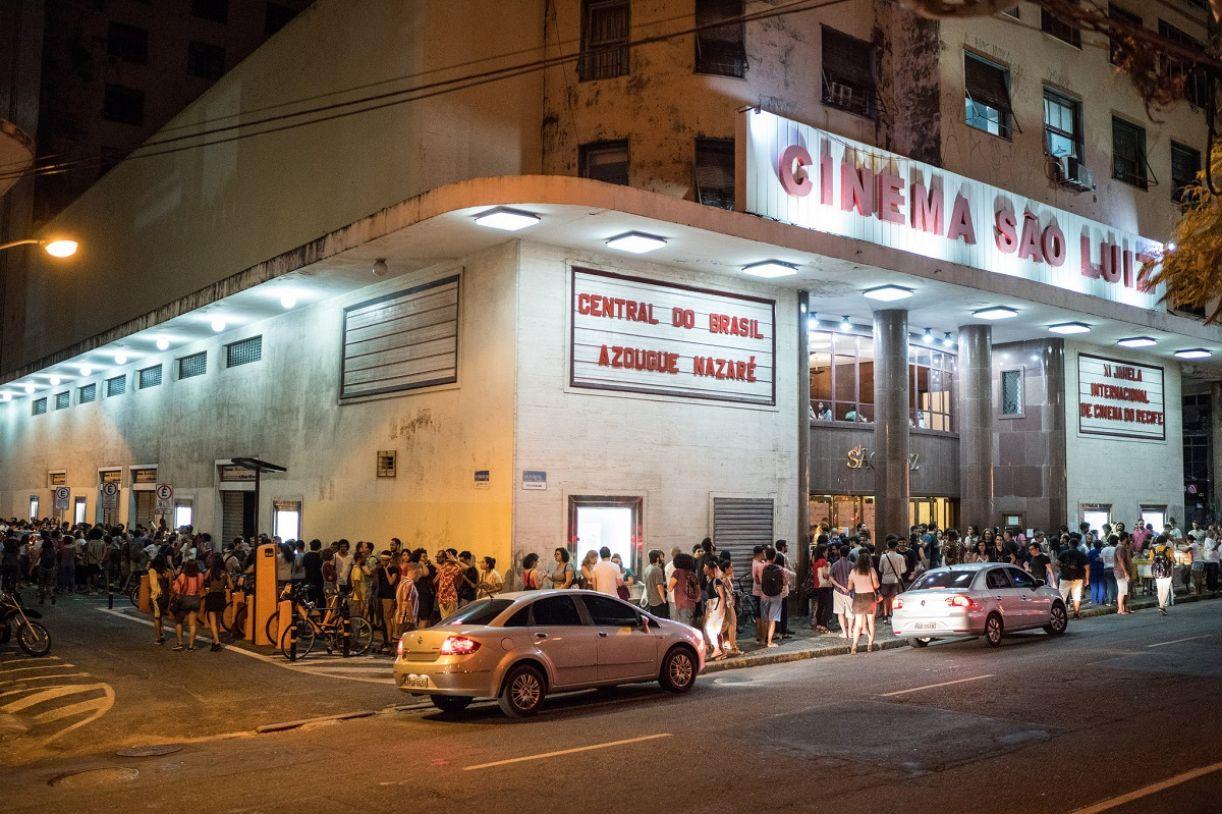 Fila no São Luiz para assistir às sessões de sábado (10/11) à noite