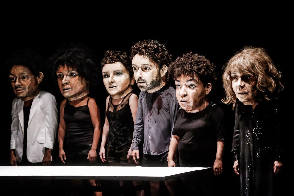 O espetáculo 'Preto', peça da Companhia Brasileira de Teatro, abriu o festival e trata de racismo e afeto