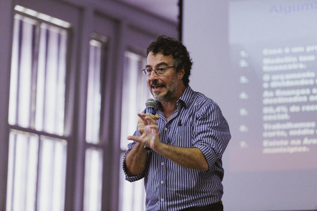 O pensador e gestor público colombiano Jorge Melguizo em palestra para estudantes de Corumbá (MS)