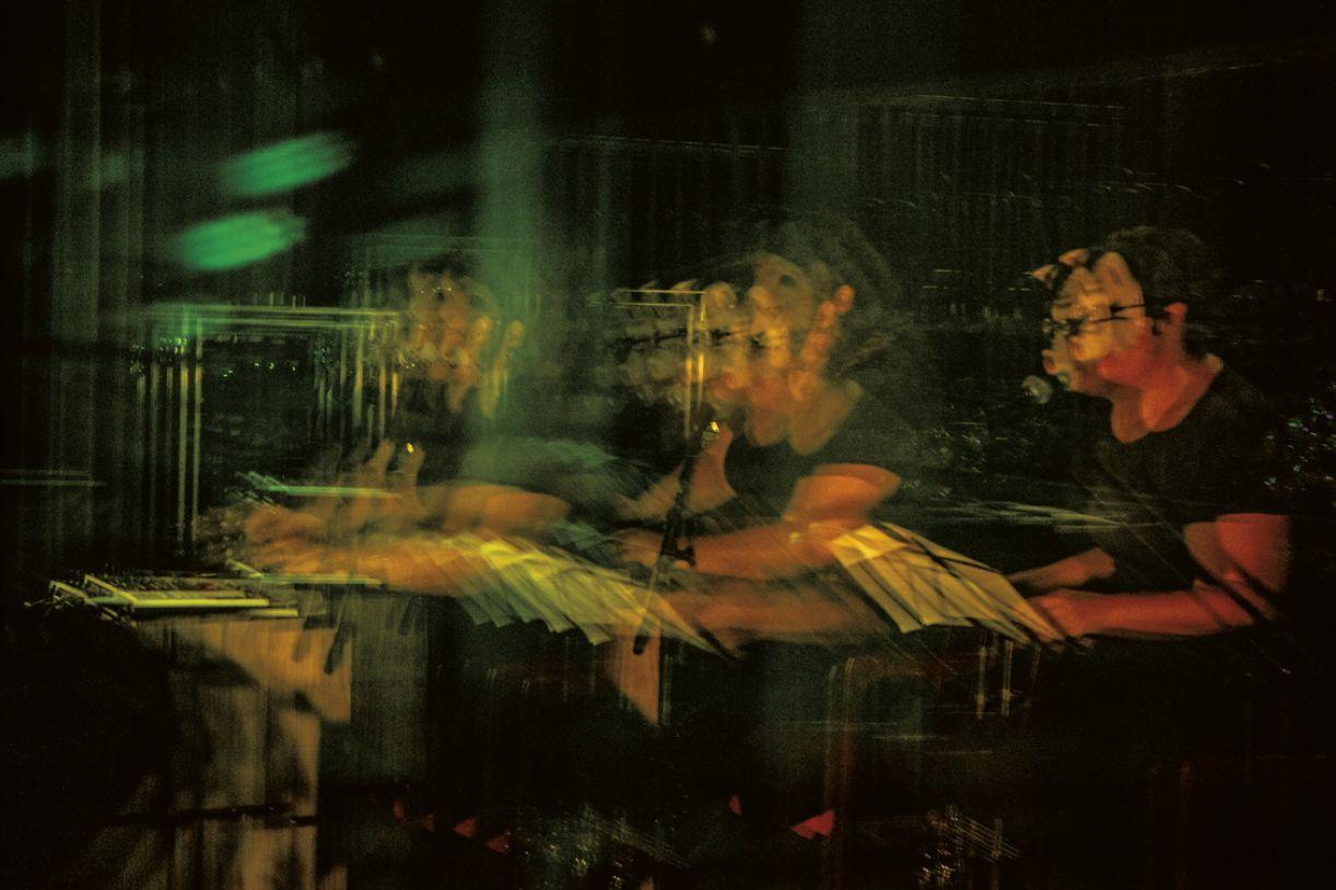 Angélica Freitas e Juliana Perdigão em performance poético-musical