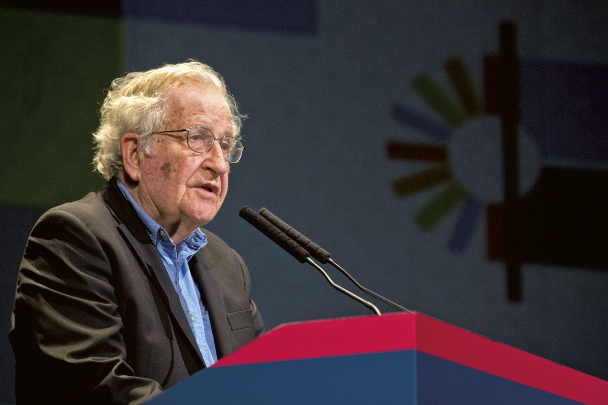Noam Chomsky é um dos entrevistados do documentário, dirigido por Pablo Lopez Guelli