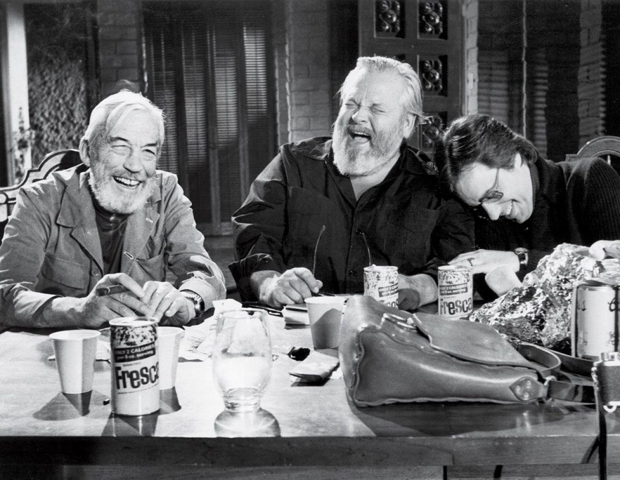 Orson Welles ladeado pelos amigos e cineastas John Huston e Peter Bogdanovich, atores do filme