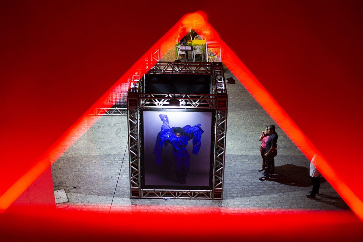Fotoperformance da artista sul-africana Nobukho Nqaba em exposição no Dragão do Mar