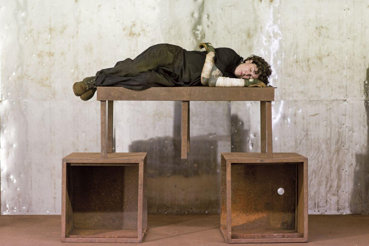 'Corpo ruindo', performance na exposição 'Terra comunal', retrospectiva de Marina Abramovic, em 2015