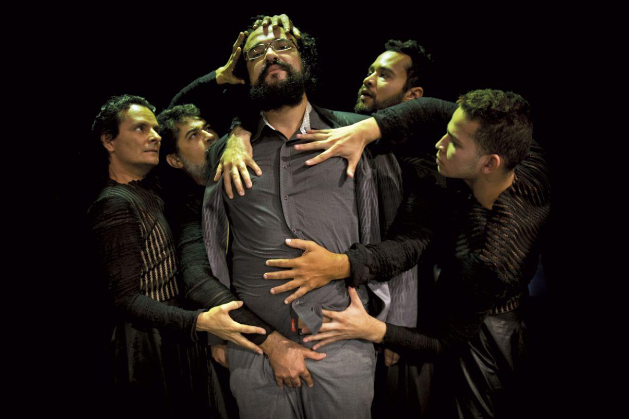 Montagem conta com cinco atores em cena, preparados para atuar em grandes ou pequenos espaços