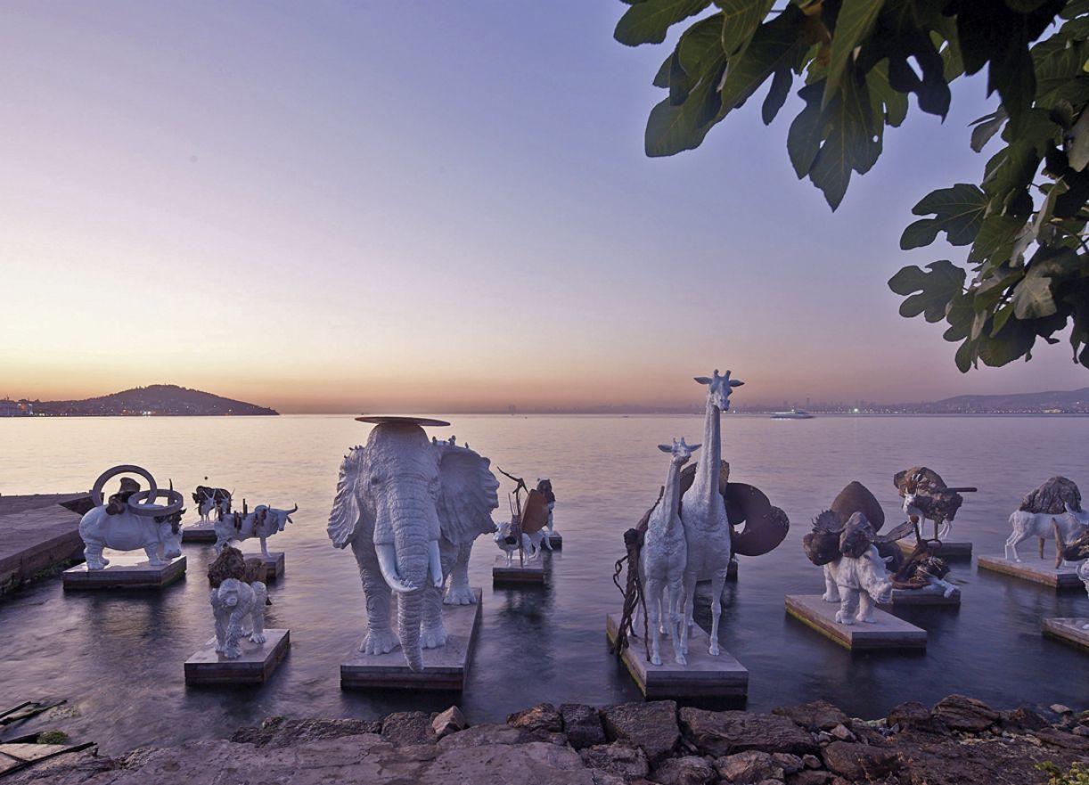 Conjunto de esculturas do argentino Adrián Villar Rojas foi um dos símbolos da 14ª Bienal de Istambul
