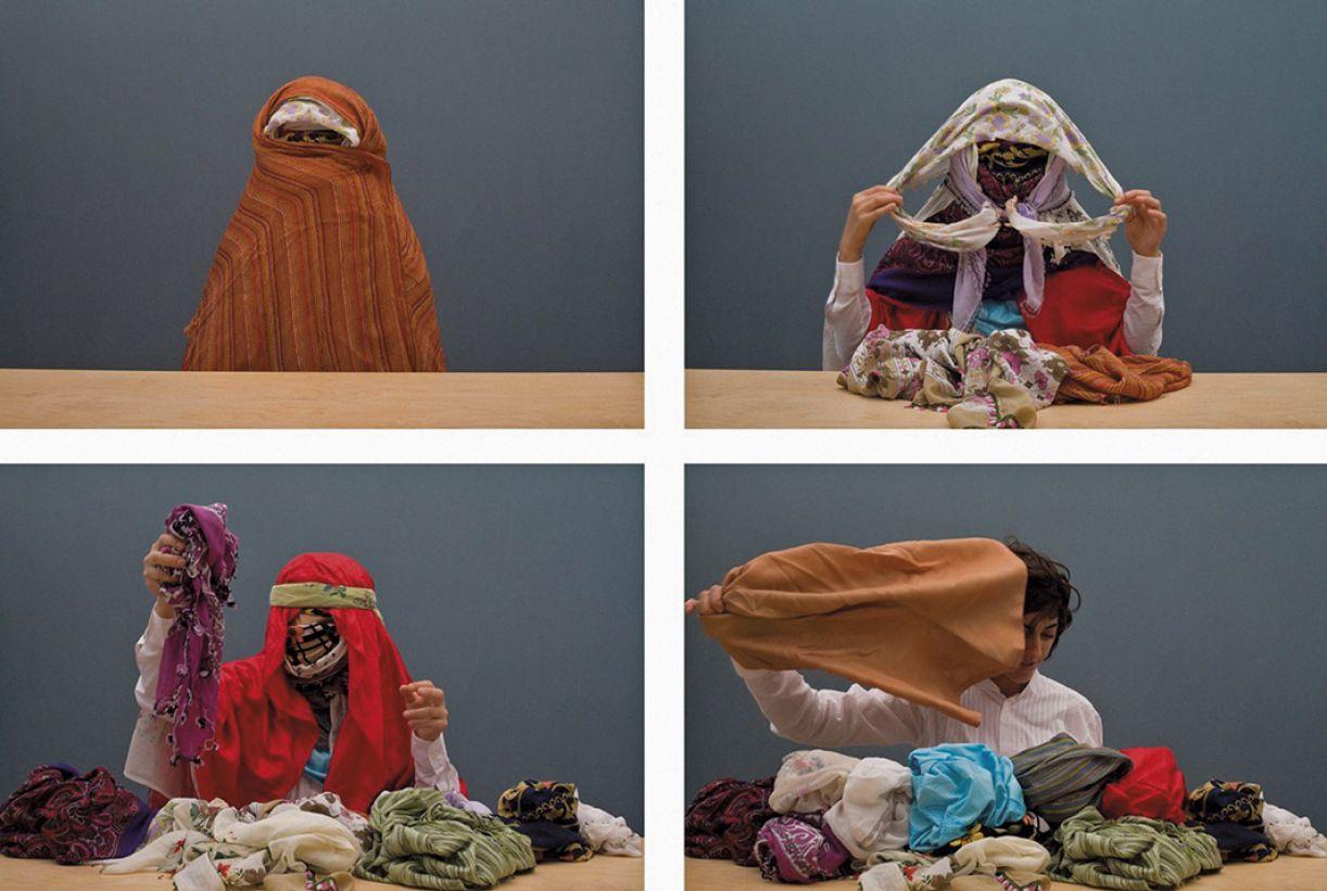 Nas imagens do vídeo, Nilgar Güres recita nomes de mulheres enquanto tira vários lenços da cabeça