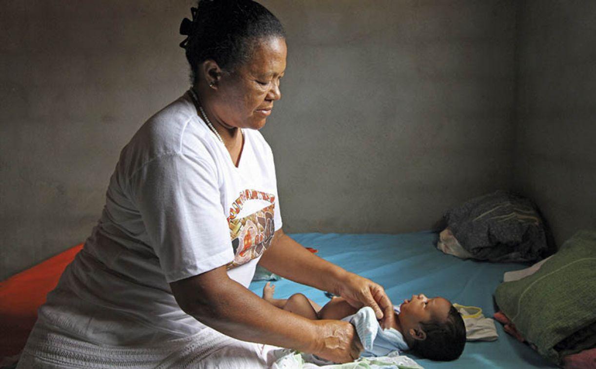 A parteira Dôra Nascimento, que é índia pankararu, já perdeu as contas de quantas mulheres atendeu em Tacaratu