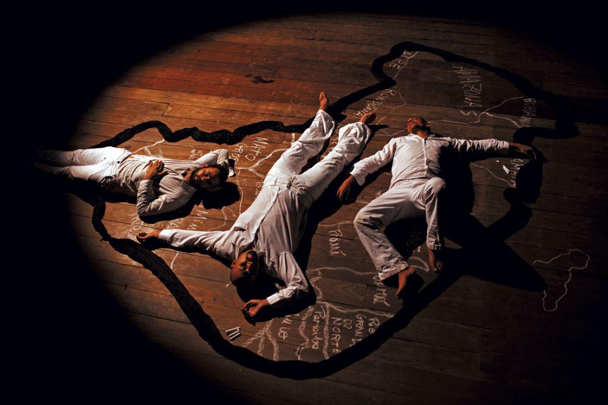 Os atores em cena interpretam o educador pernambucano Paulo Freire