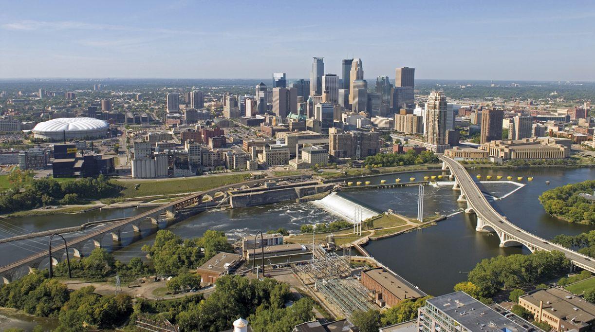 Minneapolis, assim como sua vizinha, Saint Paul, é recortada por áreas verdes