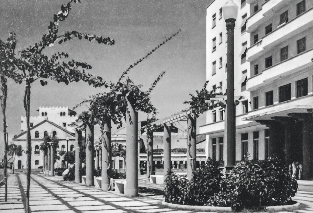 Em 1940, calçada e parte da fachada do elegante Grande Hotel, que hospedou artistas e figurões