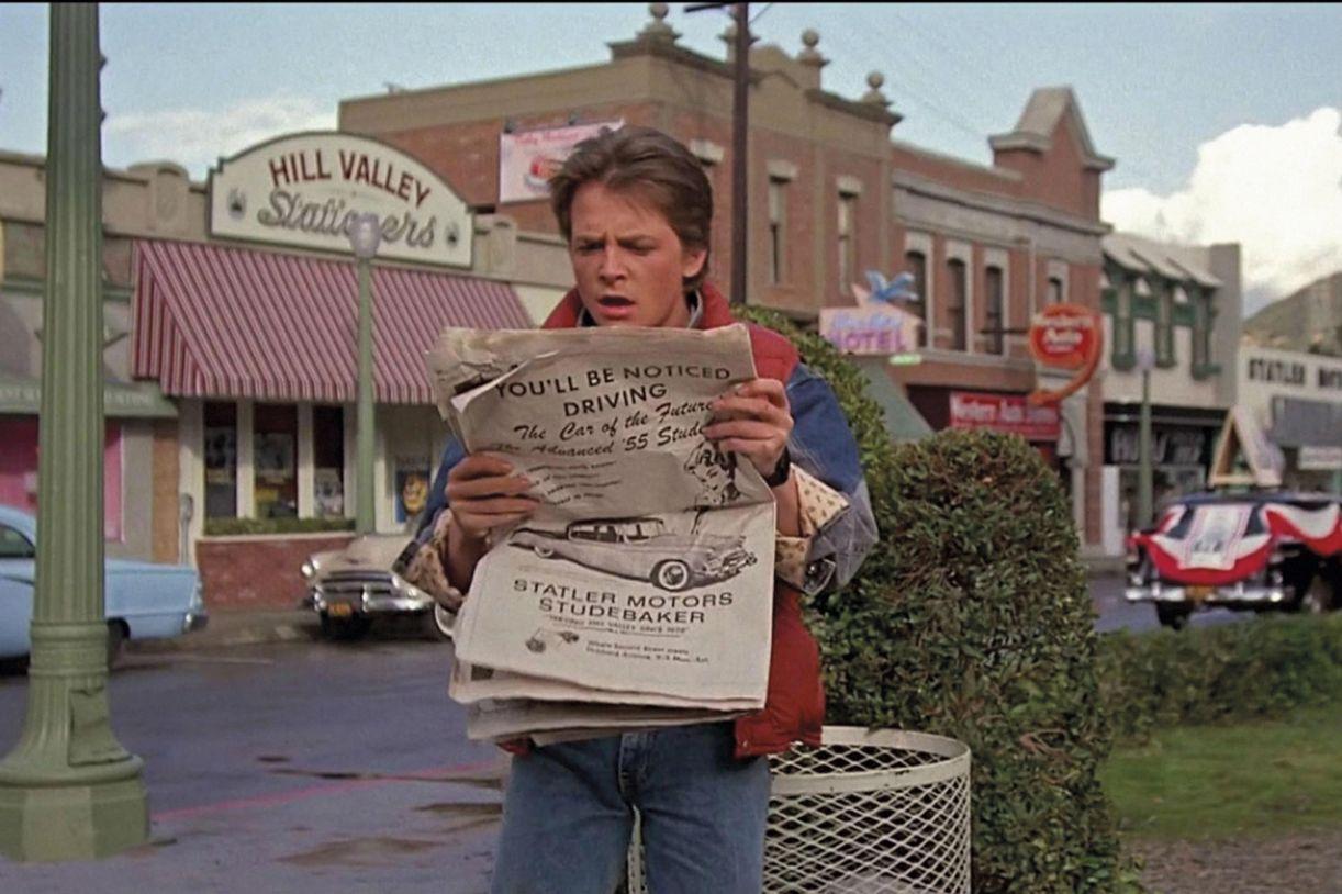 Marty McFly (Michael J. Fox), descobre que viajou no tempo em 'De volta para o futuro'. Foto: Divulgação