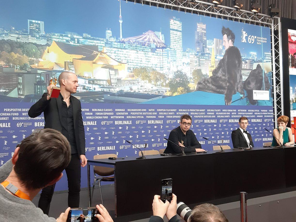Nadav Lapid, diretor de 'Synonymes', celebra seu Urso de Ouro diante dos jornalistas