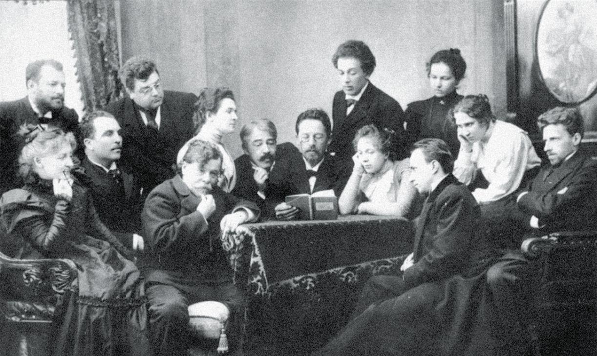 Tchekov (ao centro) lê sua peça