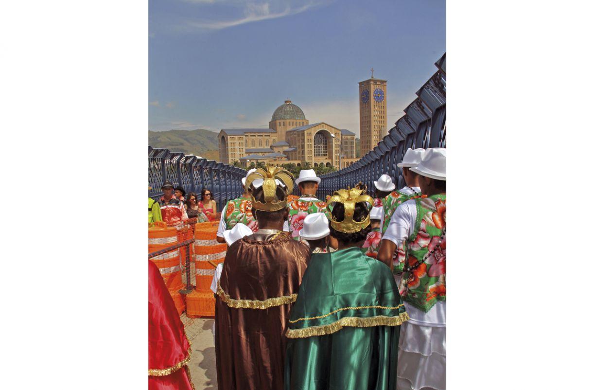 Tendo ao centro o rei e a rainha, o cortejo segue em direção ao Santuário Nacional