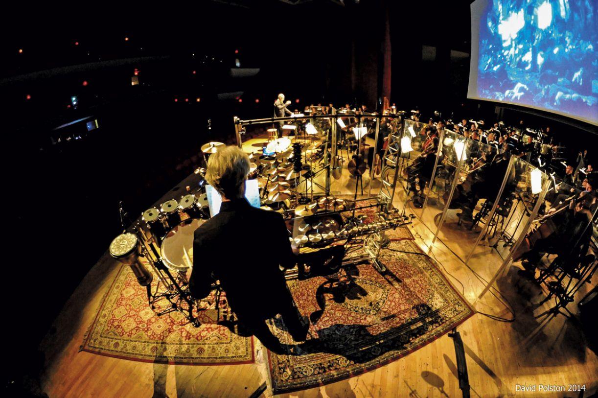 Baterista da extinta banda The Police, Stewart Copeland compõe para orquestras, óperas, balés e filmes