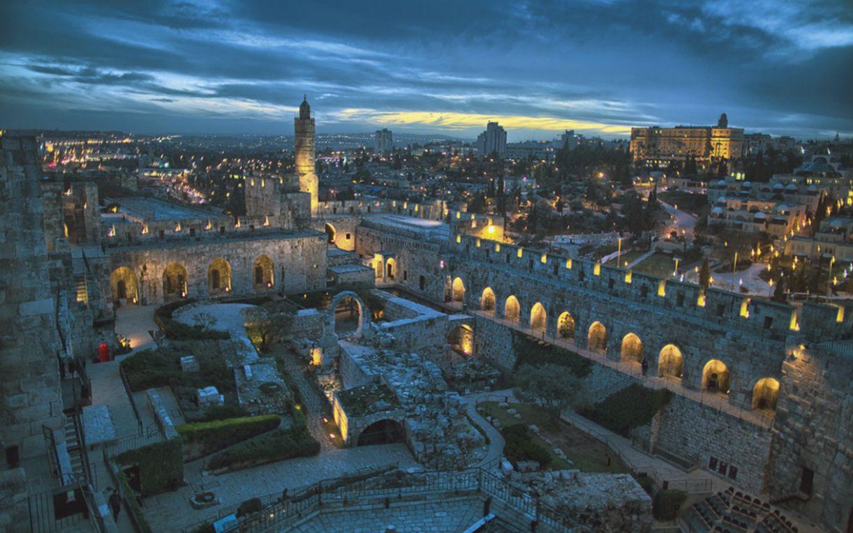 Muralhas medievais, erguidas entre 1535 e 1538, cercam a cidade, numa extensão de 4.018 metros