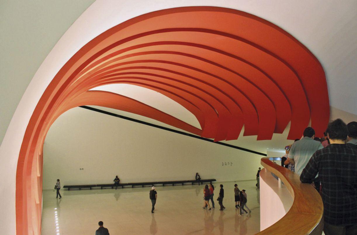 Hall de entrada do auditório Ibirapuera, no parque de mesmo nome, projetado por Oscar Niemeyer