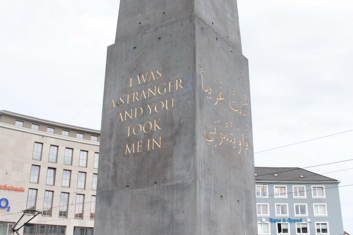 O 'Monumento para os estrangeiros e refugiados', do artista nigeriano Olu Oguibe, em Kassel