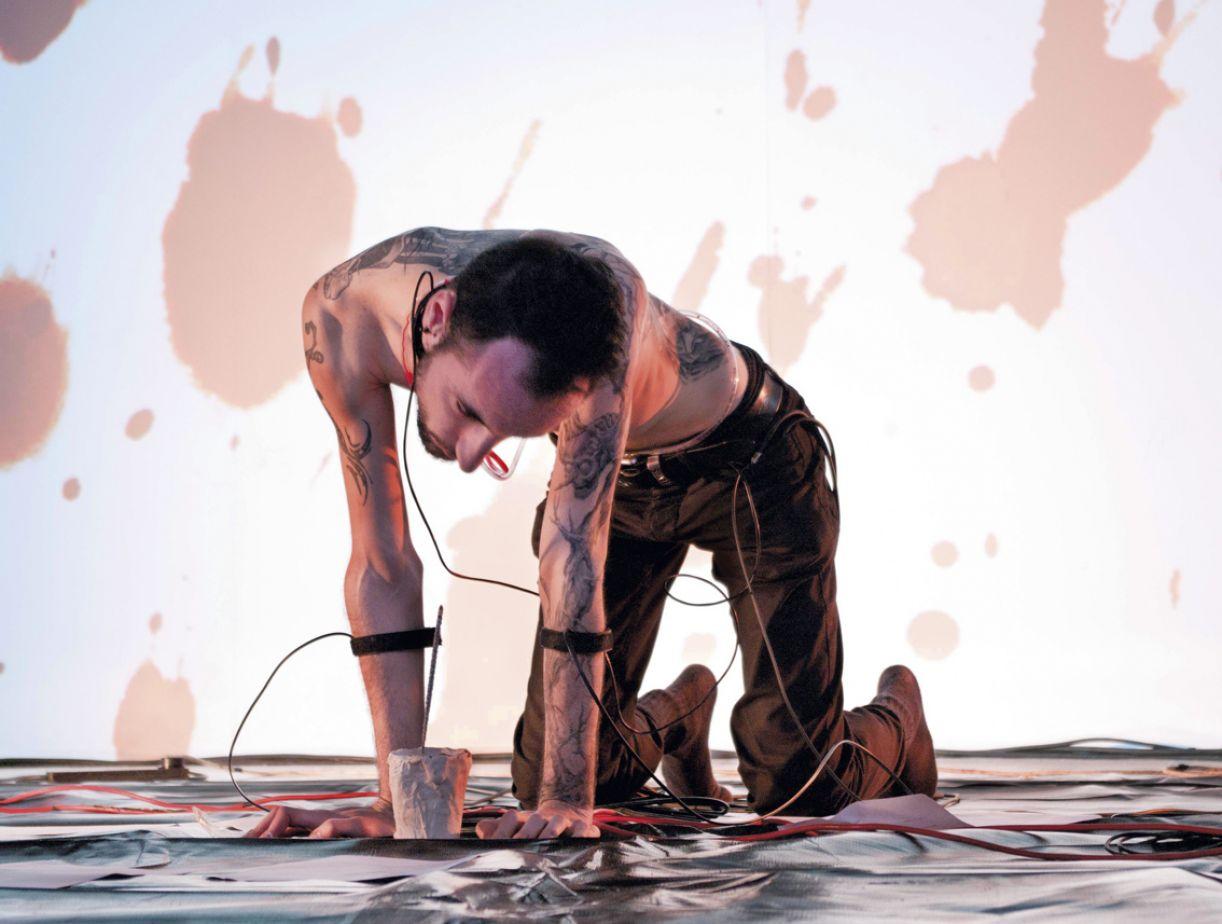 Em suas práticas artísticas, Marcos Donnarumma, relaciona o corpo e a tecnologia com interfaces biofísicas