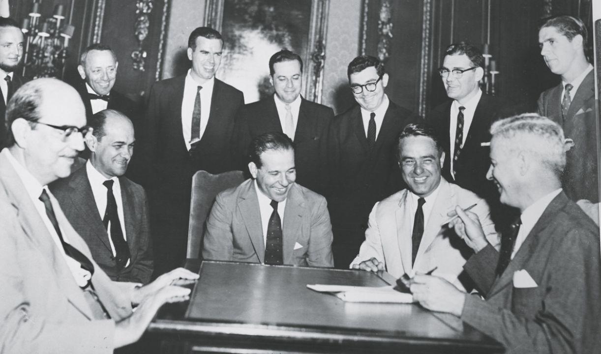 Tancredo Neves e o então presidente João Goulart, durante assinatura de convênio com norte-americanos