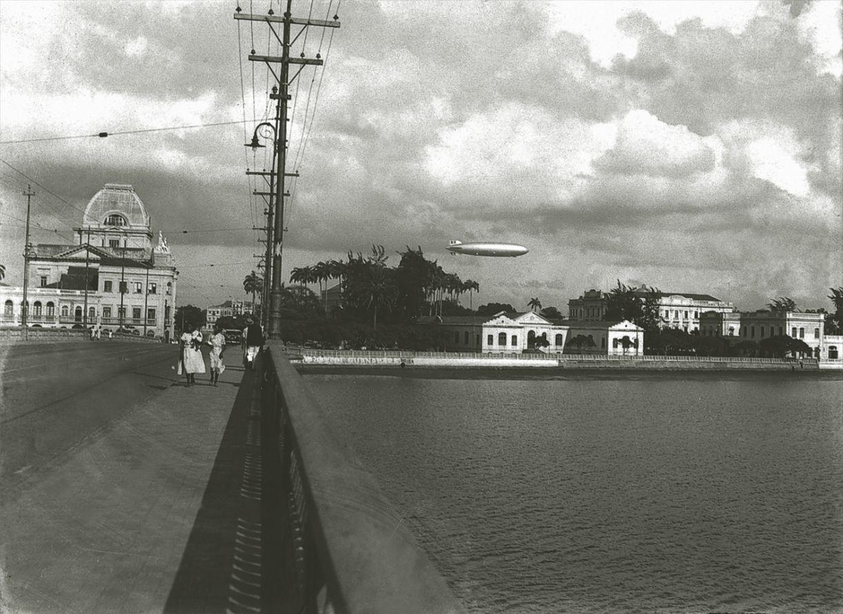 Passagem do Zeppelin pelo Recife, na década de 1930