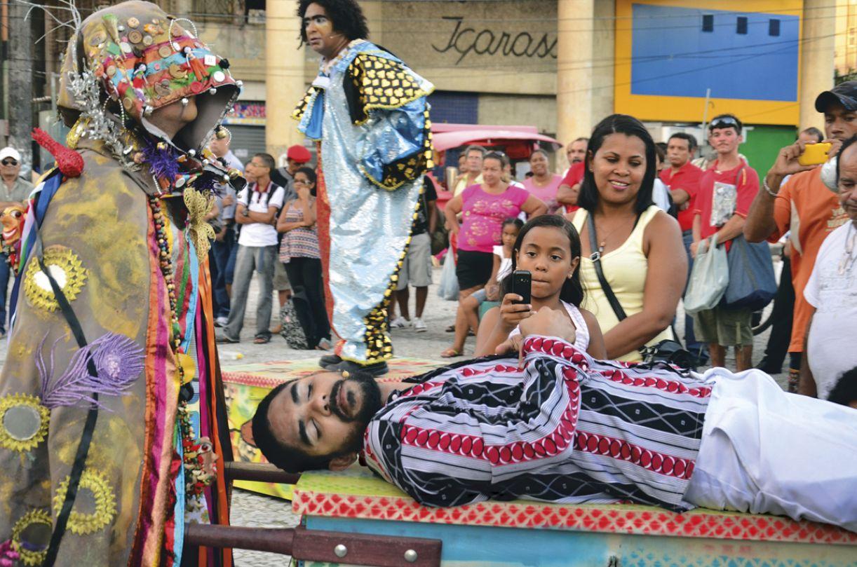 Espetáculo 'Cafuringa' é encenado na Praça do Carmo, no centro do Recife