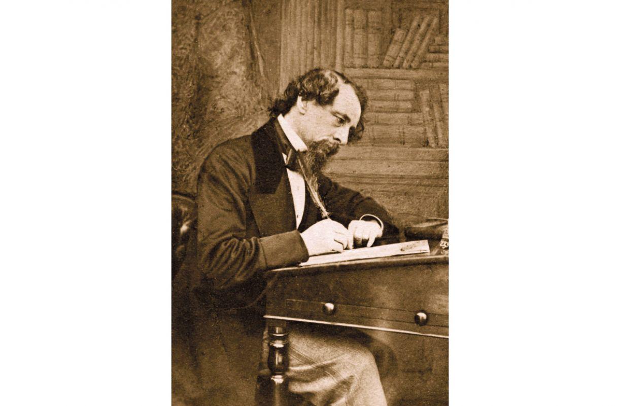 Charles Dickens publicou este oitavo romance  em jornal, entre 1849 e 1850