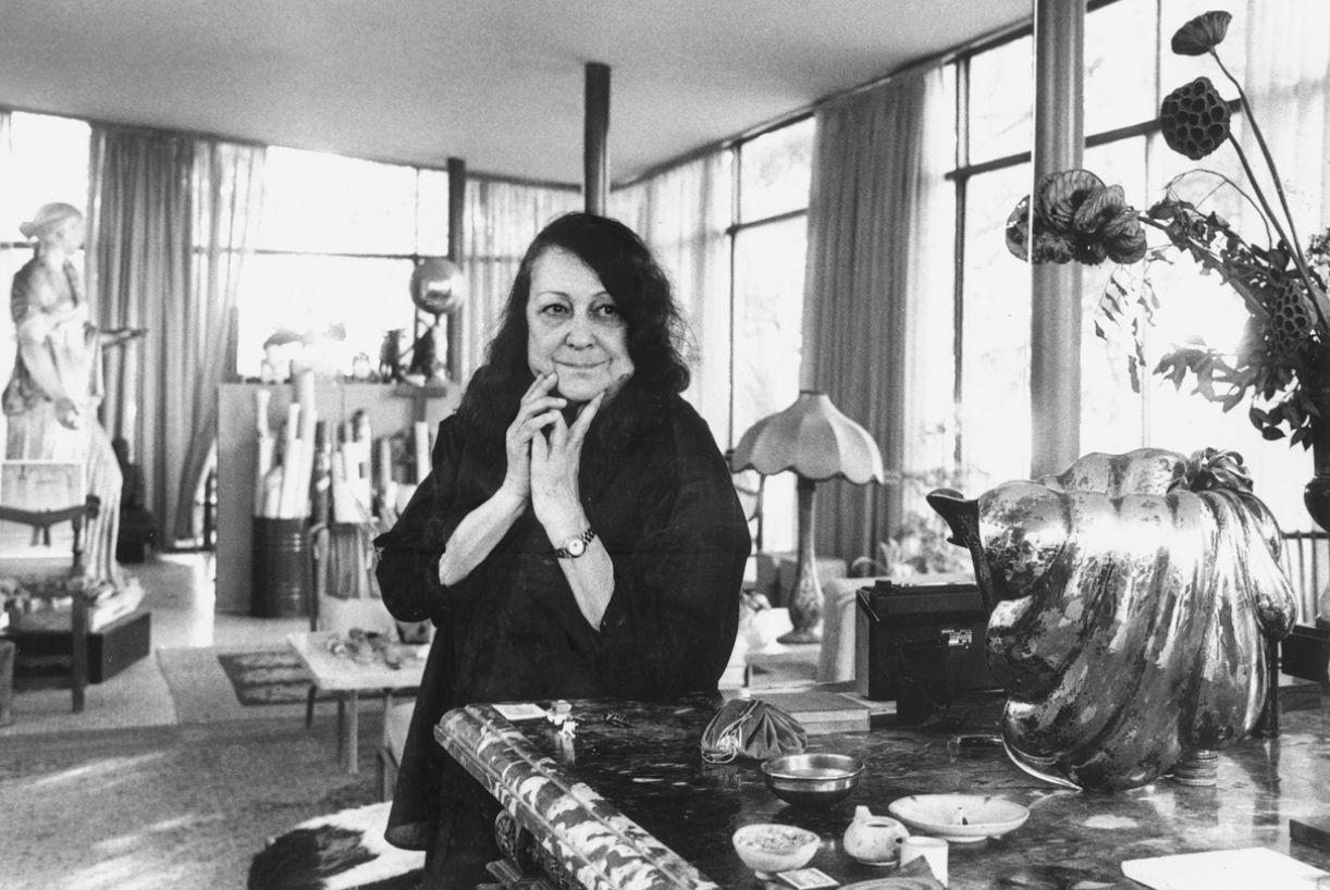Lina Bo Bardi, em 1988, na sua residência, no Morumbi, que ficou conhecida como Casa de Vidro