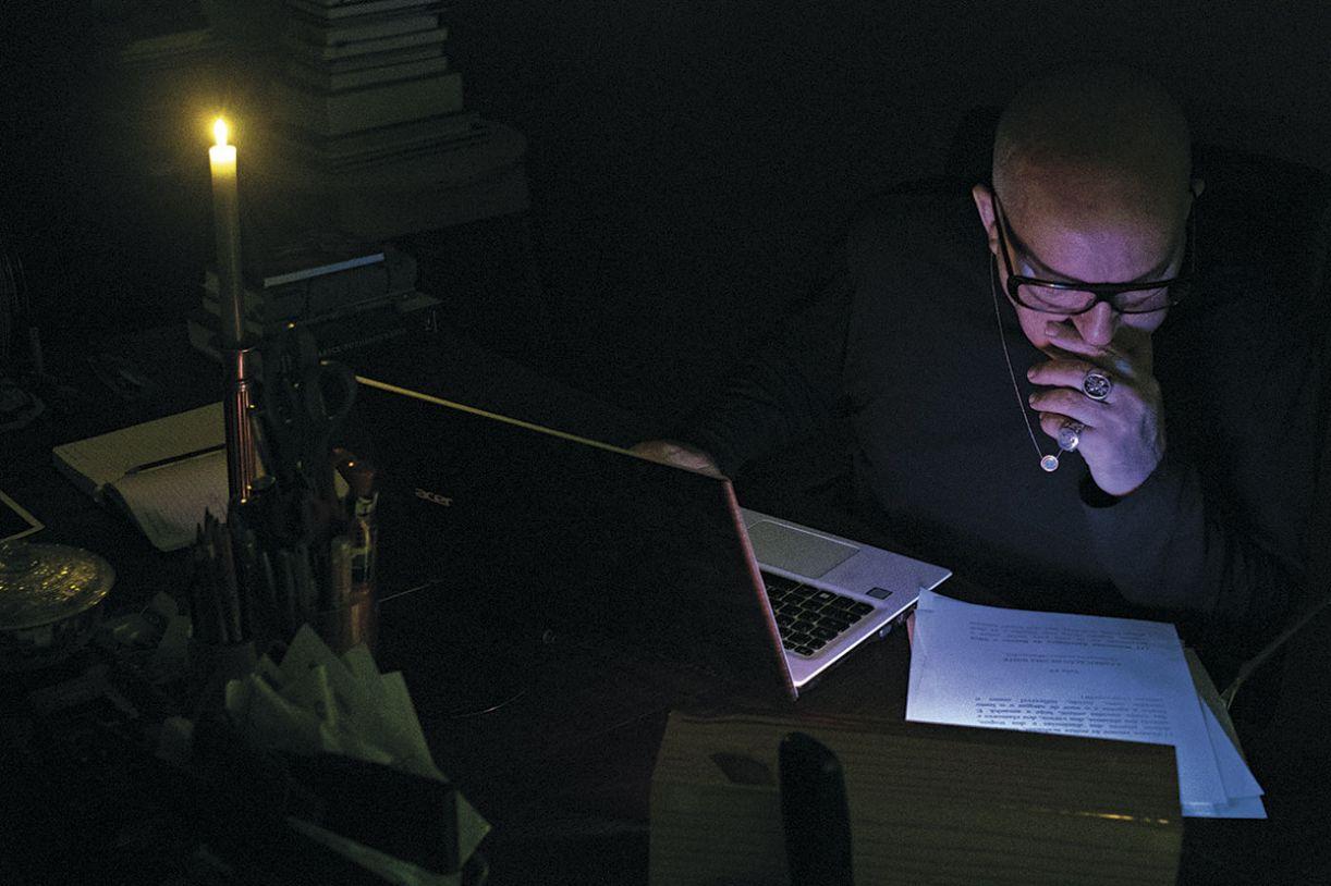 Diógenes Moura em seu gabinete, onde o livro nasceu