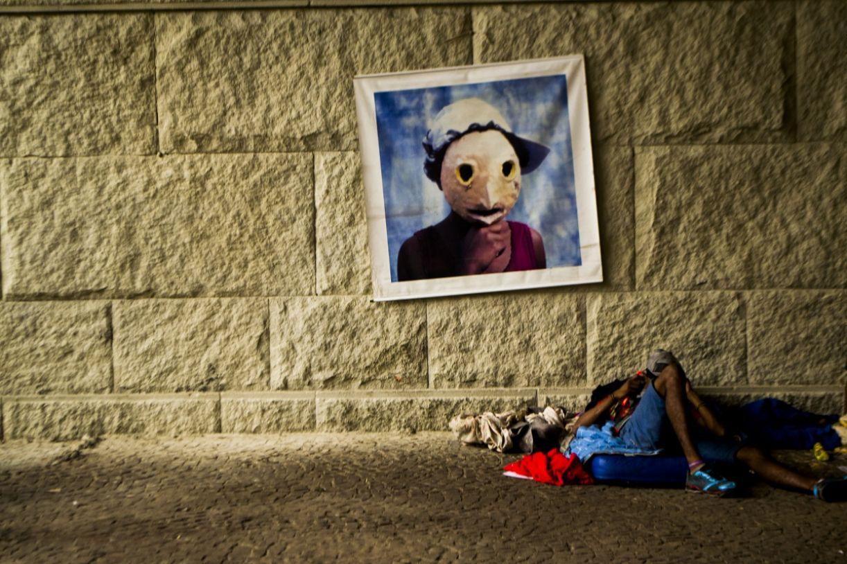 Uma máscara e um rapaz negro dialogam diretamente com a ideia de anonimato e presença, tão atuantes no mundo virtual.