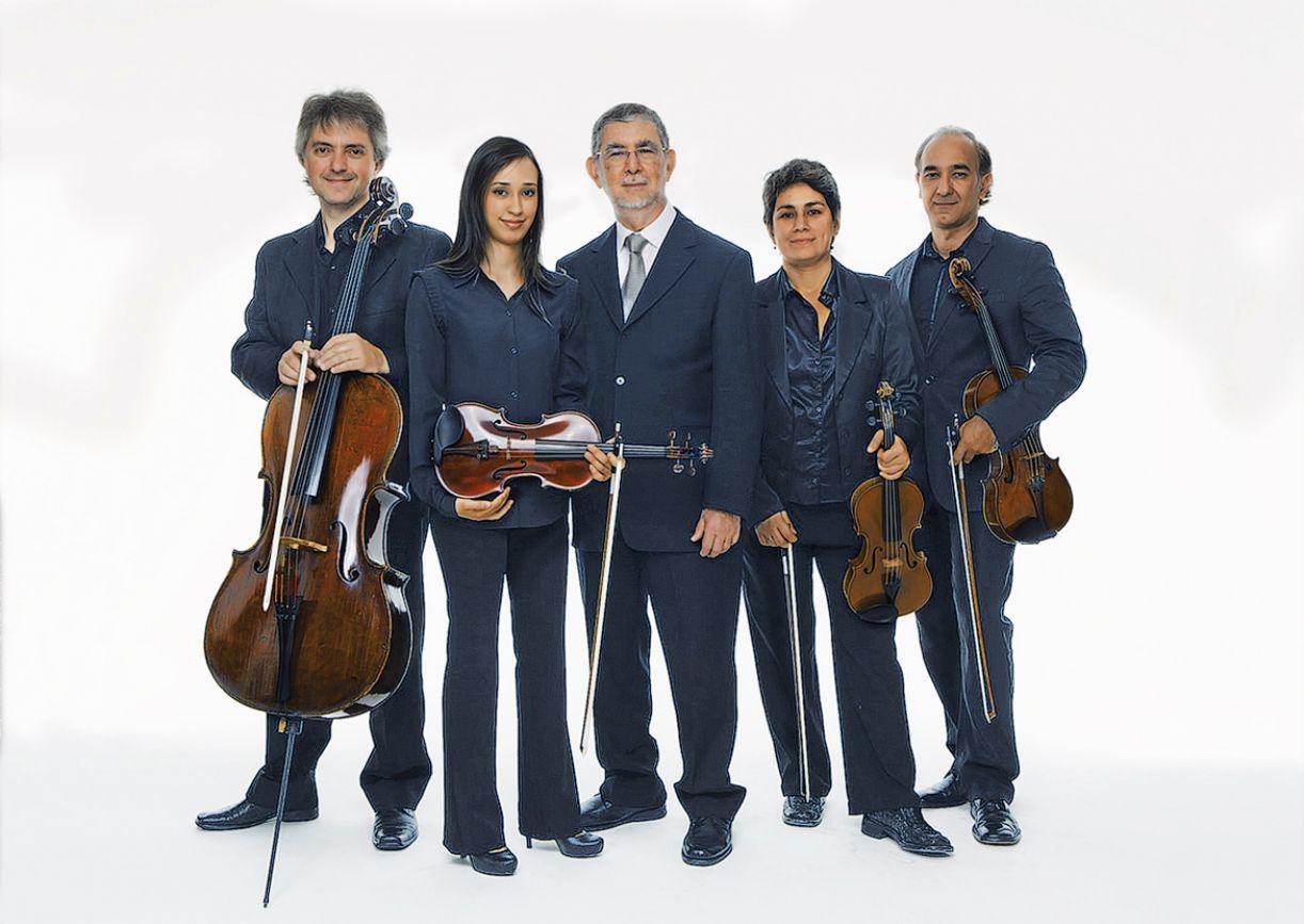 Ricardo Tacuchian ladeado pelo Quarteto Radamés Gnattali