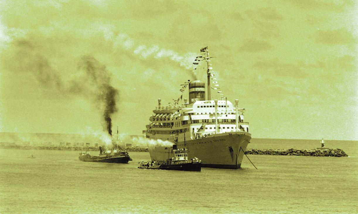 Navio sequestrado atraca no Porto do Recife