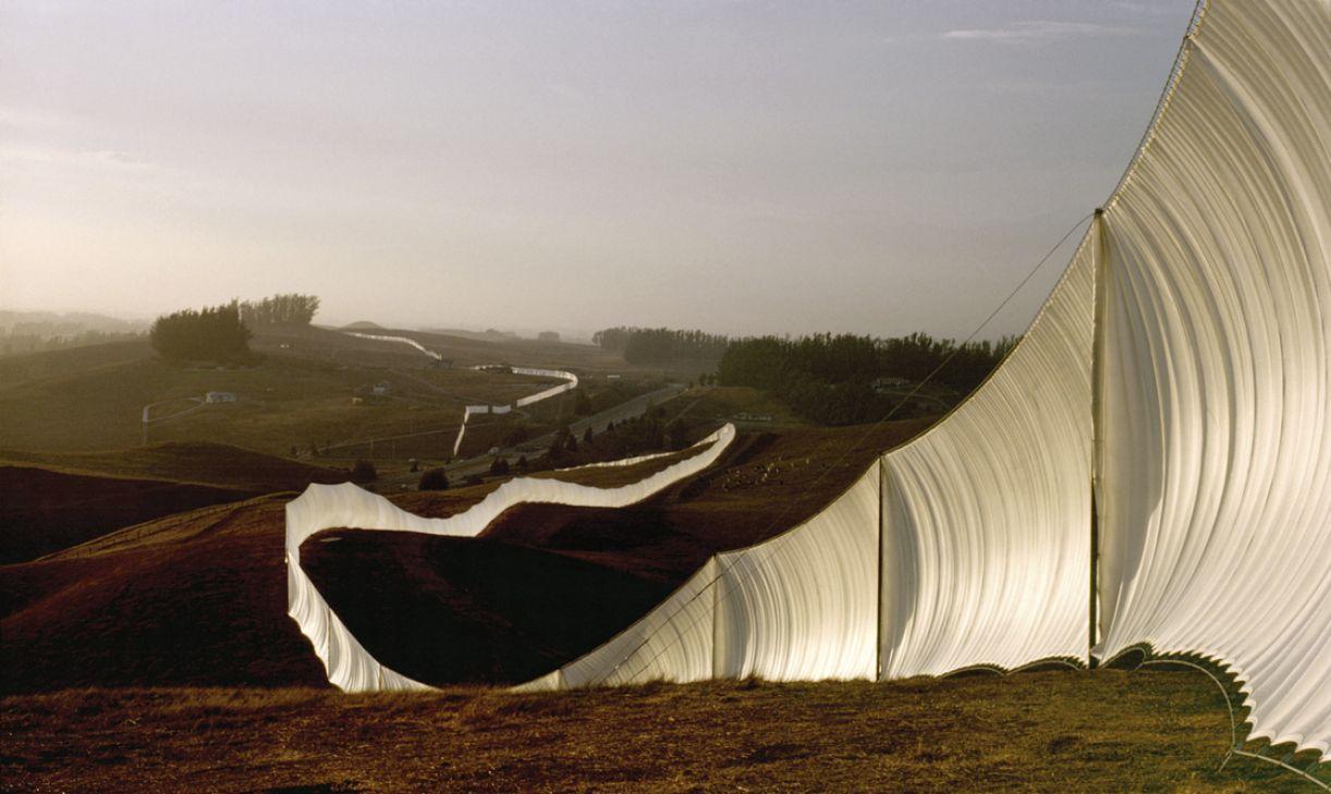 'Running fence', de Christo & Jeanne-Claude, levou quatro anos para ser erguida, em uma extensão de 39,4 km