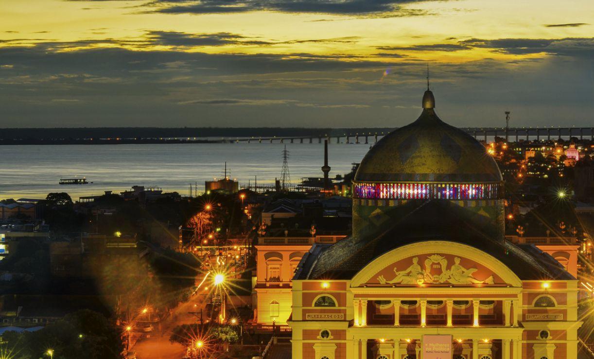O Teatro Amazonas é importante ícone da riqueza e do refinamento trazidos pelos barões da borracha