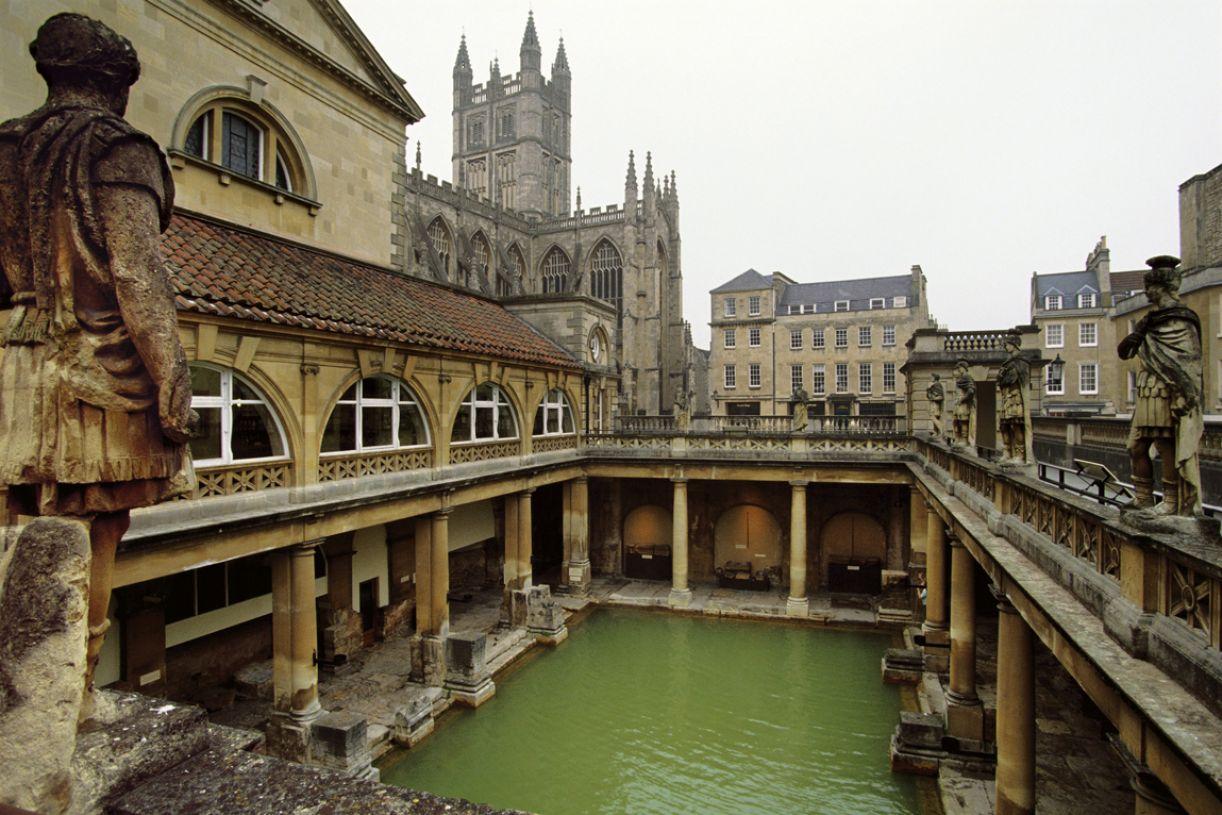 As suntuosas termas romanas se espalharam por todo o império, como na edificação de Bath