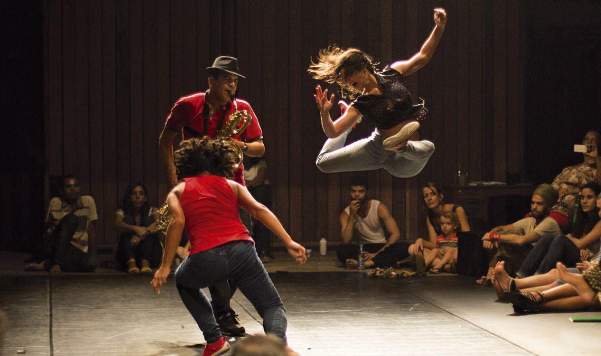 'Frevo de casa', com bailarinas e músicos no palco, é marcado pela interação