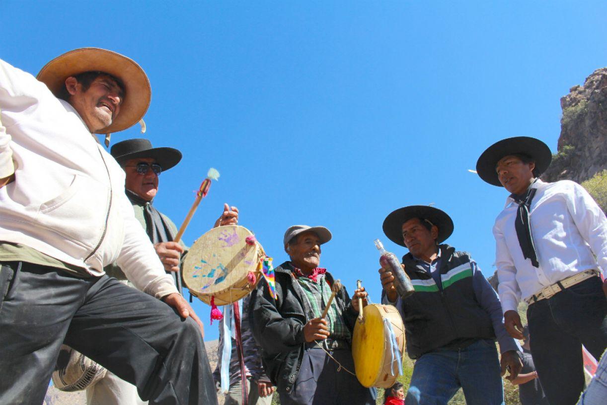 Versos do cancioneiro popular são entoados por músicos participantes da festa