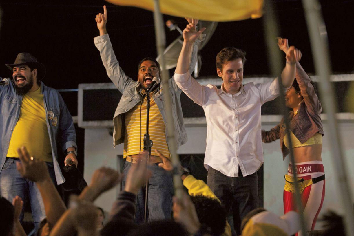 Na trama, Chico Caixa (Thomás Aquino, ao centro) entra na campanha a vereador do amigo Joel (Rodrigo Garcia, dir.)