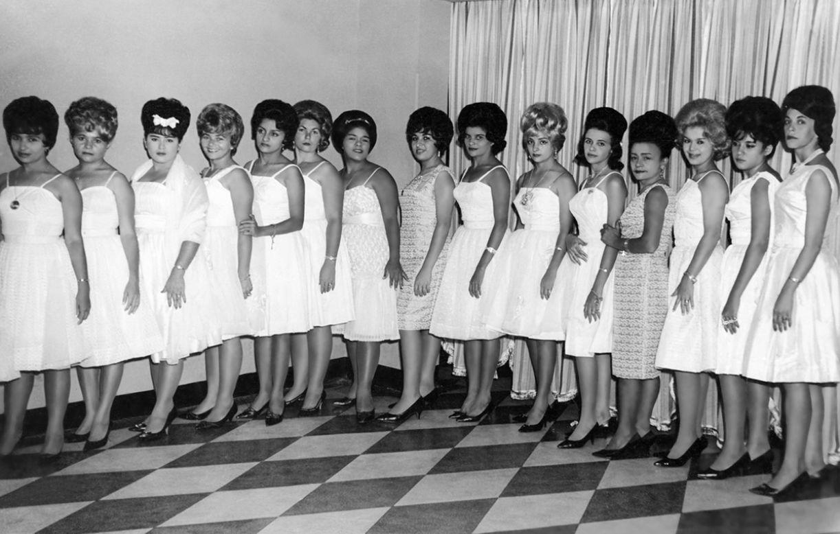 As garotas de Glorinha perfiladas igual a um concurso de debutantes