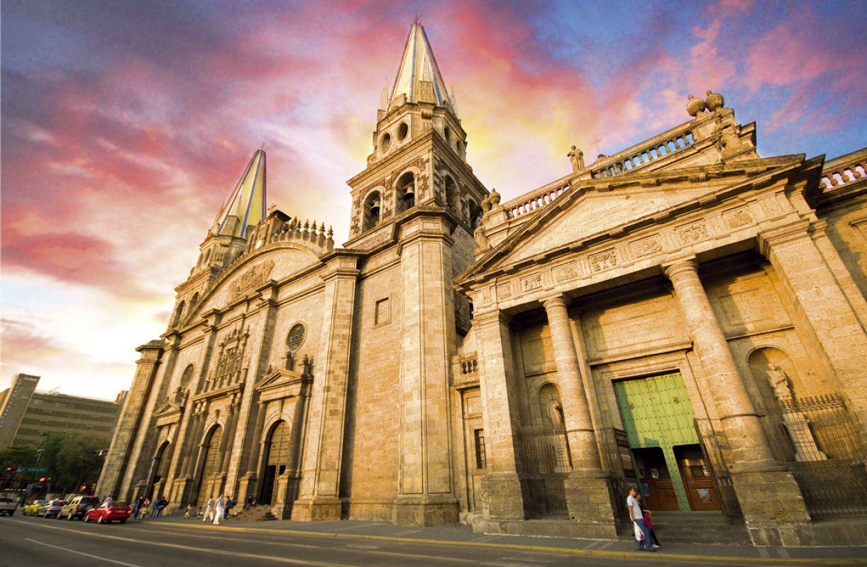 A presença hispânica na arquitetura colonial da Catedral de Guadalajara e no Palácio do Governo