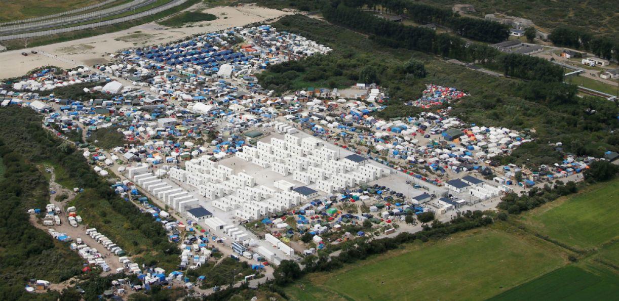 Tendas, barracas e contêineres se espalhavam na sela de Calais; em outubro de 2016, o governo francês mandou derrubar tudo