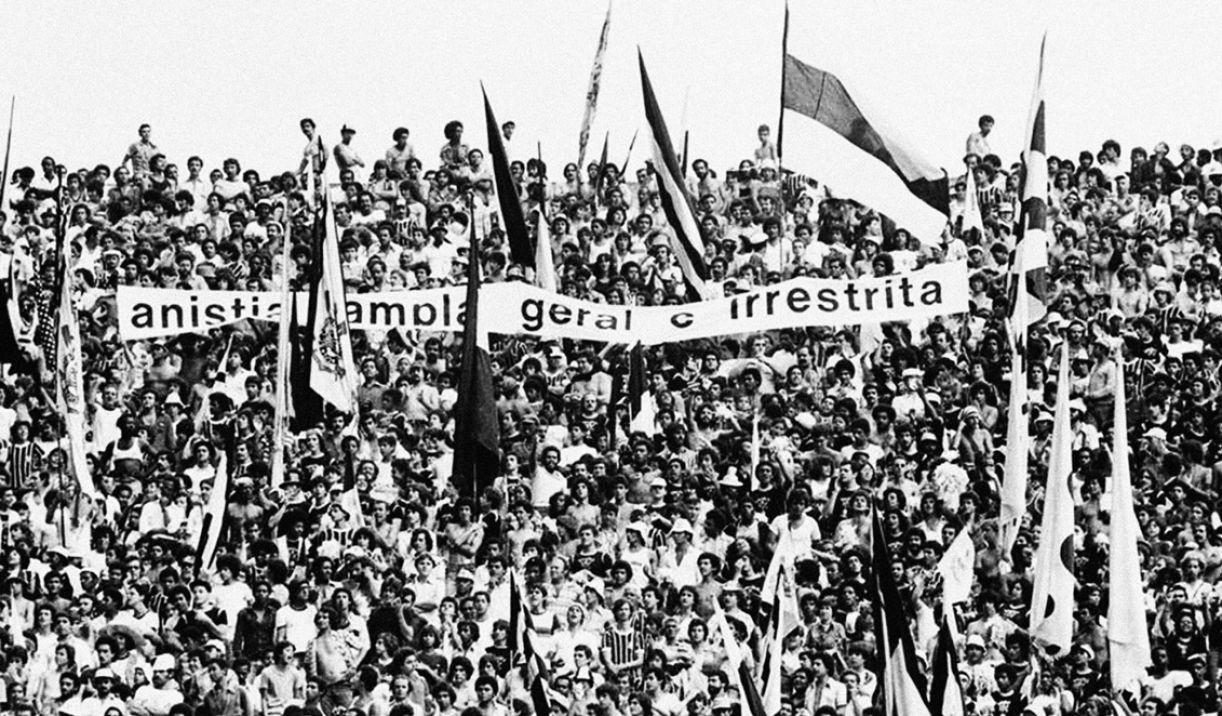Torcida do Corinthians estende faixa pela anistia