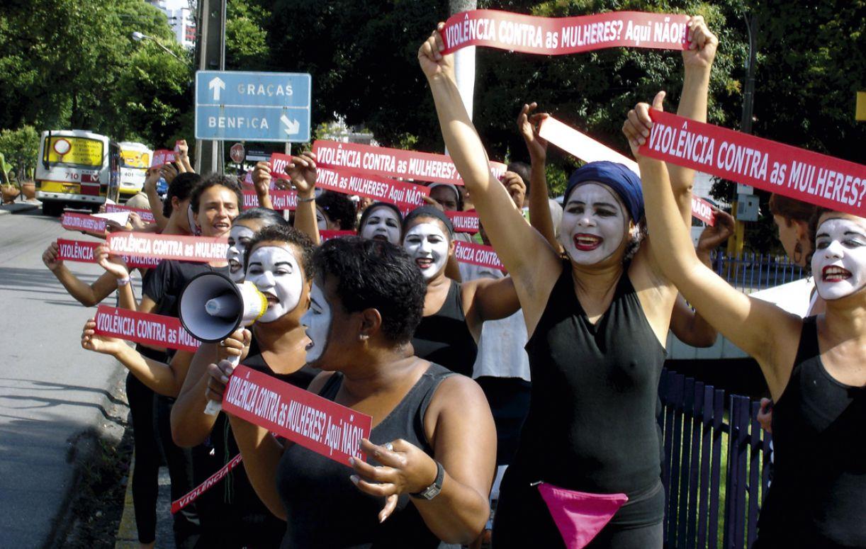 Desde sua criação em 1989, as Loucas da Pedra Lilás trabalham temas como violência de gênero e saúde sexual