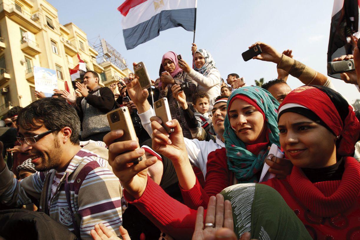 Convocações via internet e registro de eventos por celulares são práticas das atuais manifestações públicas