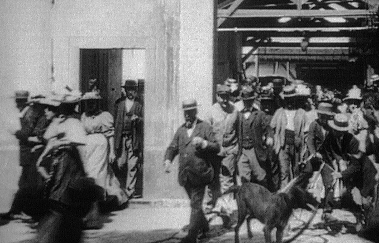 A primeira imagem em movimento dos irmãos Lumière retrata a saída de trabalhadores da fábrica