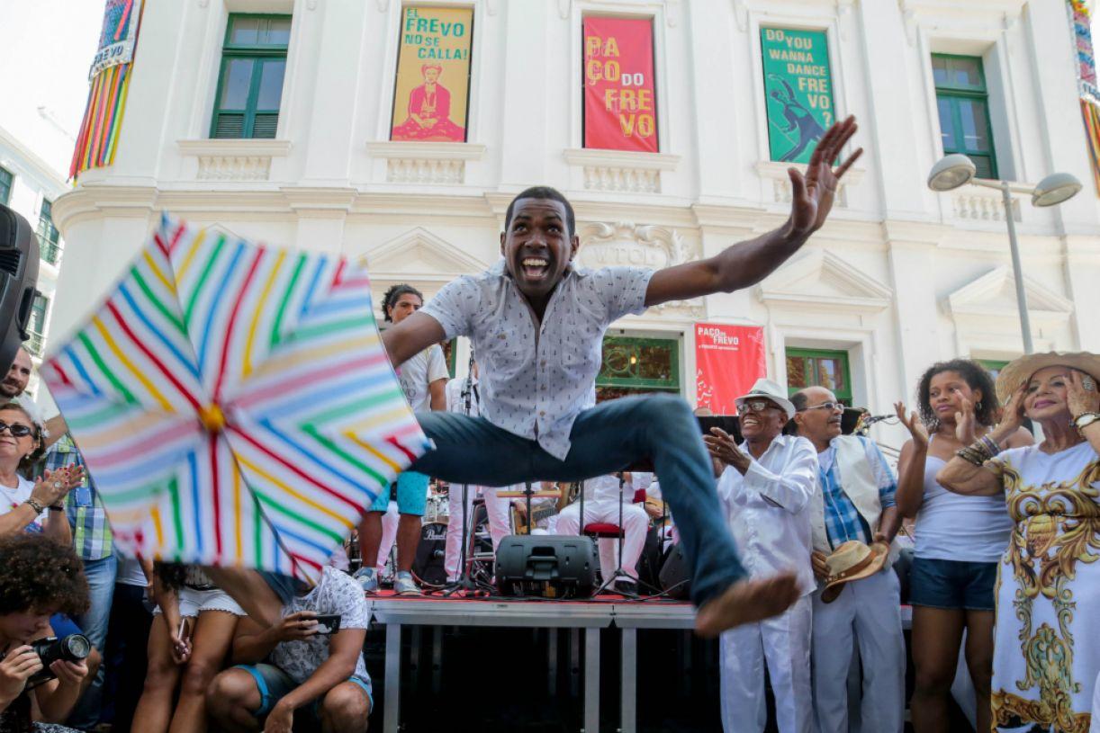 Apresentação  de dança e música em frente ao Paço do Frevo movimenta o Bairro do Recife